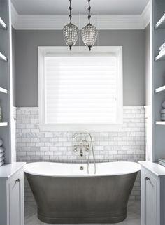 bano-pintado-gris-azulejos-blancos-banera-plateada