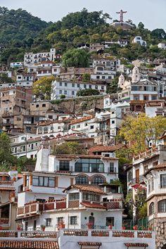 Se trata de una ladera en una ciudad en México. Es de Trata, Mexico. Tiene muchas casas. Son muy bonitas.