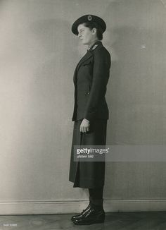 Schwester in Kriegs-Ausgehtracht - Februar 1942