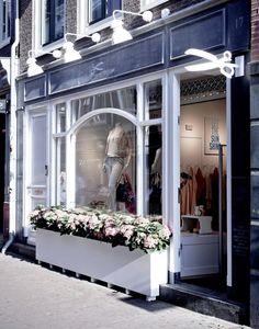Витрины стеклянные для магазина на фото. Дизайнерское оформление прилавков и витрин магазинов. Торговые стеллажи и шкафы для магазина на фото.