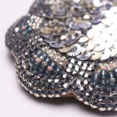 スパンコールとビーズ、刺繍糸の3種類の素材が織りなす色のグラデーションが美しいデザインです。