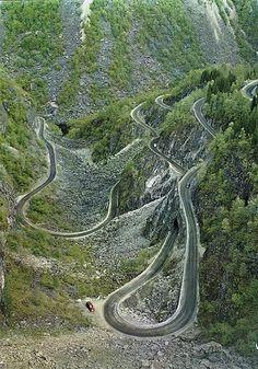 Ik vind dit een heel mooi beeld van een bijna onwerkelijke weg die door de bergen op een bijna magische manier door het landschap gaat.