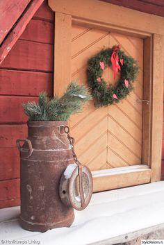 joulu,joulukranssi,talvinen,maitotonkka,vanha ovi,vanhat tavarat,piha
