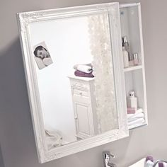 Weiß lackierter Spiegelschrank mit Schiebetür. #Schrank #Möbel #Bad #Vintage #Impressionenversand