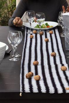 Chemin de table en tissu traditionnel africain.   Ce chemin de table fait main a été confectionné à partir de Leppi, un tissu traditionnel africain en coton . Avec ses larges rayures noires et grises, ce chemin de table ethnique se révèle être parfait pour le quotidien. Posé sur la table de la salle à manger ou du salon, il ne passera pas inaperçu ! African Fabric, Parfait, Fabrics, Table Decorations, Handmade Table, Handmade, Black Stripes, Linens, Ethnic