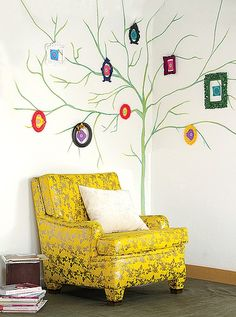 No lugar de flores, a árvore feita com giz pastel tem moldurinhas enfeitadas com papel de origami. Para o giz não apagar, passe verniz fosco spray. Produção de Ana Wenzel
