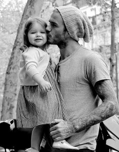David & Victoria Beckham: Shopping Fun with Harper!: Photo David Beckham holds onto his adorable daughter Harper as he goes out shopping on Friday (May in Paris, France. The soccer star, who… David E Victoria Beckham, Bonnet Rasta, David Harper, Harper Beckham, Look Girl, Fathers Love, Happy Father, Hommes Sexy, Celebrity Dads