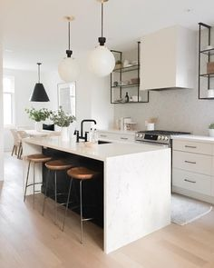 Supreme Kitchen Remodeling Choosing Your New Kitchen Countertops Ideas. Mind Blowing Kitchen Remodeling Choosing Your New Kitchen Countertops Ideas. Black Kitchens, Cool Kitchens, Kitchen Black, Modern White Kitchens, Kitchen Yellow, Little Kitchen, Black And Cream Kitchen, Cream Kitchens, Tiny Kitchens