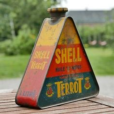 Vintage Oil Cans, Vintage Tins, Pompe A Essence, Gas Pumps, Oil And Gas, Grease, Flask, Black Gold, Barware