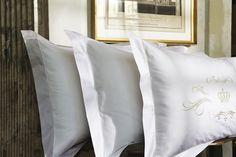 Christian Fischbacher Luxury Nights, Crown  CF bedtextiel bij Slaapkenner Theo Bot Dorpsstraat 162 Zwaag info@theobot.nl Linen Bedding, Bed Pillows, Pillow Cases, Luxury, Beds, Royalty, Home, Linen Sheets, Pillows