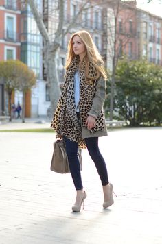 animal print paired with jeans | Calça jeans, camisa branca, cachecol bonito ( na foto animal print ...
