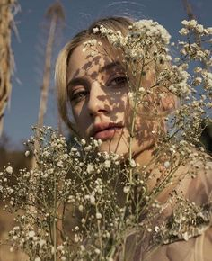 'Riverdale' star Lili Reinhart has been writing poetry for a while now and now she's releasing her first poetry book, Swimming Lessons. Girl Photography, Creative Photography, Fashion Photography, Lilli Reinhart, Kreative Portraits, Photo Portrait, Betty Cooper, Shooting Photo, Poetry Books