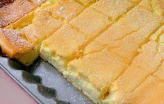 """""""Már évek óta készítem, hol mazsolával, hol nélküle. Volt, hogy konzerv barackot vágtam a tésztába, akkor is isten finom lett."""" Hozzávalók: 50 dkg túró 450 g tejföl 10 dkg szoba hőmérsékletű vaj 8 tojás 7 evőkanál liszt 7 evőkanál cukor 1 citrom reszelt héja a tepsi kenéséhez: vaj"""