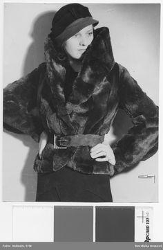 Modell i pälsjacka med skärp och hatt, 1931. Nordiska Kompaniet. Fotograf: Erik Holmén