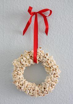 Weihnachtsdeko: Ein Weihnachtskranz aus Popcorn