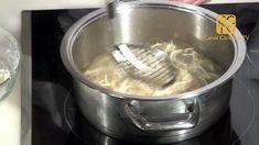 Crujientes de cebolla ... Con la cebolla cortada en juliana muy fina, ligeramente rebozada en harina de maíz, elaboramos estas tiras de cebolla crujientes perfectas como guarnición.