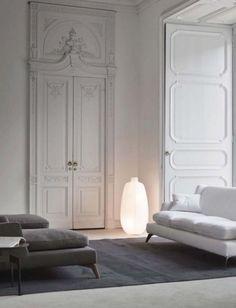 Le salon est un espace de vie. Il est donc essentiel de bien penser la lumière pour que chaque activité soit correctement éclairée. Le salon est aussi une