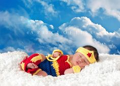 Baby Wonder Woman - 37 Newborns Wearing Adorable Geek Baby Clothes Is Going to Melt Your Geeky Heart Cute Little Baby, Cute Babies, Baby Kids, Pretty Baby, Newborn Pictures, Baby Pictures, Nerd Baby, Super Heroine, Foto Newborn