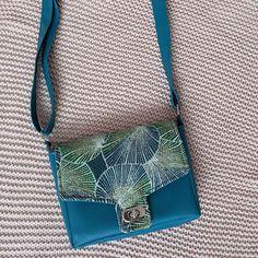 Émilie sur Instagram: Nouveau petit sac : le sac Menuet de chez @patrons_sacotin J'adore son côté graphique, sa couleur, ses poches intérieure et extérieure, sa…