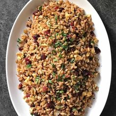 This Warm Farro Salad combines this ancient grain with cranberries, walnuts and parsley to create such a simple side dish! Perfect for holiday entertaining or every day dining. Vegetable Pasta Salads, Vegetable Seasoning, Side Dishes Easy, Side Dish Recipes, Cranberry Walnut Salad, Farro Recipes, Roasted Fennel, Farro Salad, Healthy Grains