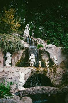Snow White waterfall in Disneyland Disney Princess Facts, Disney Fun Facts, Disney Princesses, Disney Home, Disney Art, Punk Disney, Disney Movies, Walt Disney, Disney Characters