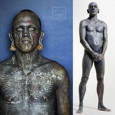 """El Neozelandés Lucky Diamond Rich pasó a la historia en el año 2006 por ser considerado por el libro #Guinness de los récords como """"la persona más tatuada del #mundo"""". . Tiene el 100% de su cuerpo tatuado de color negro incluyendo zonas delicadas como párpados dentro de las orejas debajo de los dedos de los pies incluso sus encías. .  Cada rincón de su cuerpo está recubierto por varias capas de tinta debajo de su #piel. Pasó más de 1.000 horas en salas de #tatuajes modificándose con la…"""