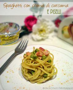 Spaghetti integrali con crema di curcuma e piselli