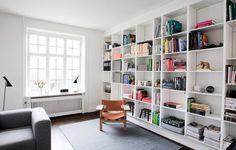 Lige sådan en indbygget reol jeg godt kunne bruge i den ene af . Simple Interior, Scandinavian Interior Design, Interior Styling, Interior Decorating, Montana Furniture, Apartment Living, Living Room, Glam House, Ideal Home