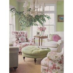 27 Vintage Living Room Designs That You'll Love DigsDigs ❤ liked on Polyvore featuring home, home decor, floral centerpieces, floral home decor, candy centerpieces, vintage centerpieces and vintage home decor