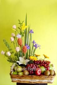 Resultado de imagen para hermoso arreglo floral Fruit Arrangements, Holiday Parties, Basket, Creative, Party, Holidays, Decorating, Floral Arrangements, Hampers