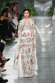 Rahul Mishra ICW 2018 collection was one of the best shows in couture week. Check out gorgeous bridal lehengas and outfits for the whole family in this post Muslim Fashion, Modest Fashion, Indian Fashion, Fashion Outfits, Modest Dresses, Modest Outfits, Stylish Dresses, Trendy Outfits, Pakistani Dresses