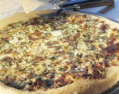Hüttenkäse-Pizza - Rezeptdatenbank - Swissmilk Hawaiian Pizza, Vegetable Pizza, Quiche, Vegetables, Breakfast, Food, Pie, Whole Food Diet, Food Food