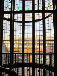 Scotland Street stairwell Charles Rennie Mackintosh - I love big windowed bright stairs like this! Charles Mackintosh, Charles Rennie Mackintosh Designs, Vase Design, Art Deco Design, Louis Comfort Tiffany, Architecture Drawings, Architecture Details, Glasgow Architecture, Scotland Street