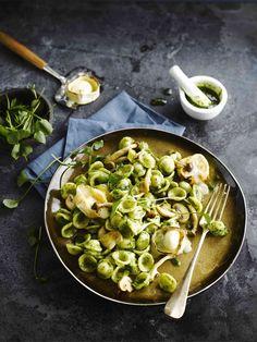 Orecchiette pasta met pesto van postelein, champignons en gegrilde geitenkaas