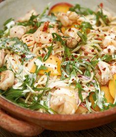 Nudelsalat mit Pfirsichen: Mit frischer Zitronenmayo, Rauke, gebratenen Garnelen und Pfirsichen auf lecker sommerlich getrimmt und perfekt zum Mitnehmen.