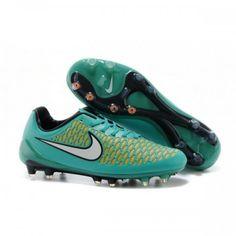Conéu par Nike pour attaquer meneurs de jeu qui dictent le jeu et créent les attaques sur la terre ferme, les chaussures de football Magistère Opus FG disposent d'un Kanga-Lite et NikeSkin supérieure.