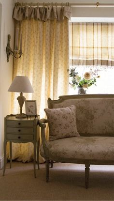 Kate Forman e os mais belos abajures do mundo! love the ticking for blinds Cortinas Cottage, Kate Forman, Cottage Curtains, Estilo Shabby Chic, Country Interior, Cottage Style Homes, French Country Cottage, Cottage Interiors, Cottage Living