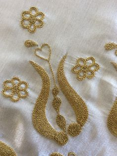 Zincir İşi Tambour Embroidery, Hand Work Embroidery, Gold Embroidery, Hand Embroidery Stitches, Embroidery Hoop Art, Embroidery Techniques, Embroidery Designs, Clothing And Textile, Gold Work