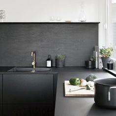 Bli med inn til blogger Nina Holst som har gitt sitt sorte Riva kjøkken en rå og elegant stil med rustikt tilbehør i mørke farger messing og naturlige materialer. Se mer på @stylizimoblog eller jke-design.no. by jkedesignas