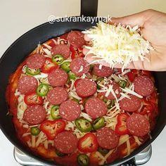 """14.9b Beğenme, 879 Yorum - Instagram'da Şükran Kaymak (@sukrankaymak): """"Hafta sonu için en pratiğinden mayalamadan Tavada Pratik Pizza tarifi 😍beğenip kaydetmeyi…"""" Turkish Pizza, Slider, Thanksgiving, Arabic Food, Turkish Recipes, Pizza Recipes, Sausage, Brunch, Food And Drink"""