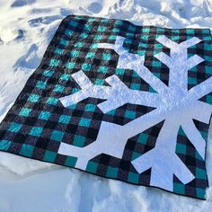 Quilting Ideas, Quilt Patterns, Pineapple Quilt Block, Snowflake Quilt, Snow Flake, Half Square Triangles, Christmas Stuff, Needle And Thread, Aunt
