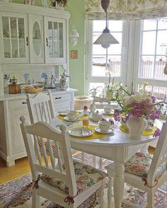 Der kleine runde Tisch hat das passende Esszimmer für sein Zuhause gefunden. Denn er sieht in diesem Landhaus Wohnumfeld wirklich schön.  www.massiv-aus-holz.de  _________  #küchentisch #kitchenideas #kitchen #landhausküche #landhaus #country #countrystyle #möbel #tische #landhausstil #cottage #möbel #esszimmer #tische #Esszimmer #einrichten #einrichtungsideen #wohnideen #ostern #osterfrühstück #frühling #weiß #weißemöbel #whiteliving  #Massivholzmöbel #Küchenideen #Küchentische #Inspiration… Furniture Inspiration, Home Interior Design, Dining Table, Rustic, Home Decor, Google, Vanilla, Round Oak Dining Table, House Interior Design