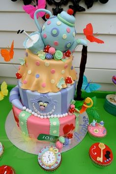 For a theme birthday,Too cute! Alice in Wonderland / Mad Hatter Birthday Party Ideas Mad Hatter Birthday Party, Mad Hatter Party, Mad Hatter Tea, Birthday Parties, Mad Hatters, Mad Hatter Cake, Birthday Cakes, Birthday Ideas, Alice In Wonderland Birthday