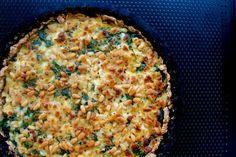 Jeg er kæmpe fan af tærter! Og det er vist ikke første gang, at jeg skriver det på bloggen… :P Det er nok en af mine (mange) livretter, fordi de bare kan laves i så mange forskellige versioner og kan fyldes med præcis det, som køleskabet skulle byde på. Der kan laves utallige kombinationer.... Vegetable Side Dishes, Yummy Eats, Risotto, Macaroni And Cheese, Sweet Tooth, Food And Drink, Anna, Snacks, Vegetables