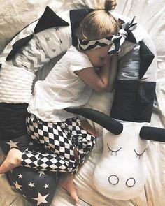 ¡ Hay un animal feroz en mi cuna ! | Bebeazul.top Baby Sewing Projects, Baby Cribs, Crib Bumpers, Toddler Bed, Nursery, Victoria, Elmo, Pillows, Toys