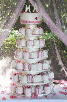 Cupcake Wedding cake with cupcakes that look like wedding presents Candy Bar Wedding, Wedding Sweets, Pretty Cakes, Cute Cakes, Beautiful Wedding Cakes, Beautiful Cakes, Mini Cakes, Cupcake Cakes, Candy Cakes