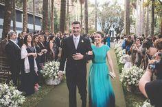 A madrinha optou por um vestido degradê em tons de verde, cor escolhida pela noiva para as madrinhas usarem!