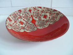 Ceramiczna miska w kolorze czerwonym z odciśniętą serwetką. Średnica 26 cm. Tworzywo- Krzysia Owczarek