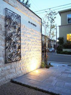 オープンエクステリア施工事例 / モダン、ヨーロピアン、エクステリア 施工例、外構工事 、シーズン Compound Wall, Front Gates, House Front Design, Entrance Design, Wall Design, Signage, Building A House, Exterior, Patio