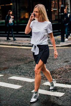 A bota metálica da um up no look saia e camiseta.